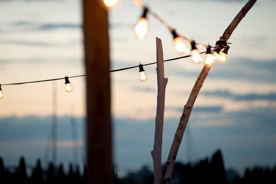 Luci per esterno, la catenaria di lampadine è la più civetta di tutte.