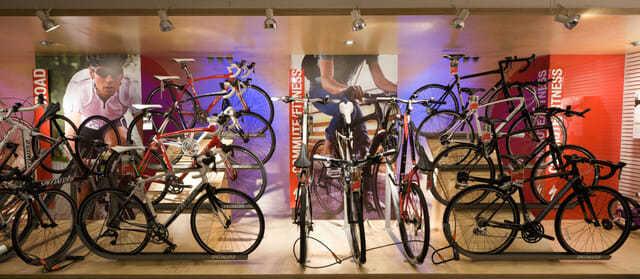 luci per vetrine , illuminare negozi la vetrina biciclette